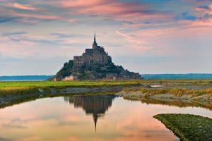 Couche du soleil, la baie du mont Saint-Michel est classe au patrimoine mondial de l'Unesco.